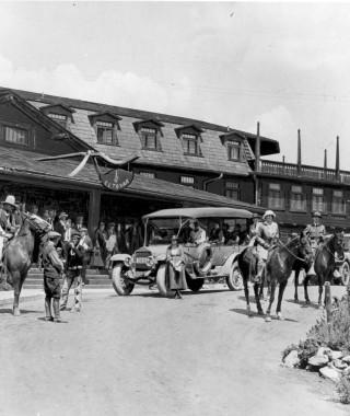 El Tovar Car and Horses